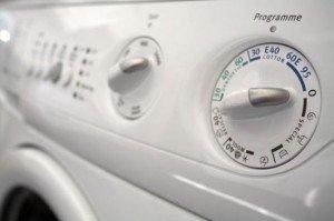 Starší pračka s více tlačítky